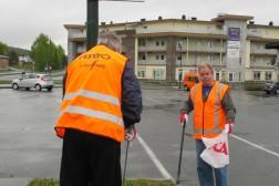 Øyvind og Roy plukker søppel